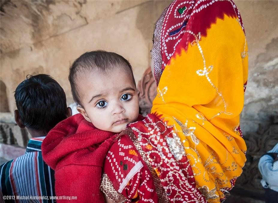 ребенок в городе Абханери - путешествие по Индии / India by Michal Huniewicz