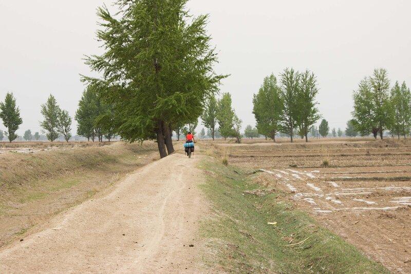 на велосипеде по канава долине Хэтао, Внутренняя Монголия, Китай