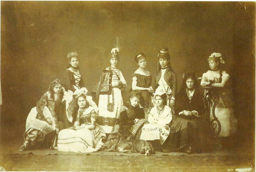 Девушки в маскарадных костюмах