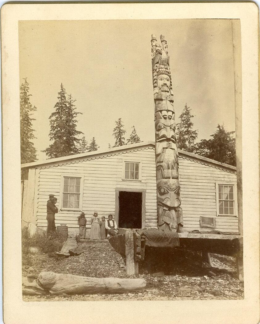 1880. Тотем перед домом вождя в Хоукане