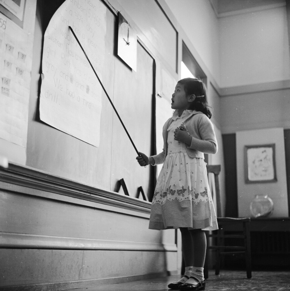 Маленькая девочка читает вслух
