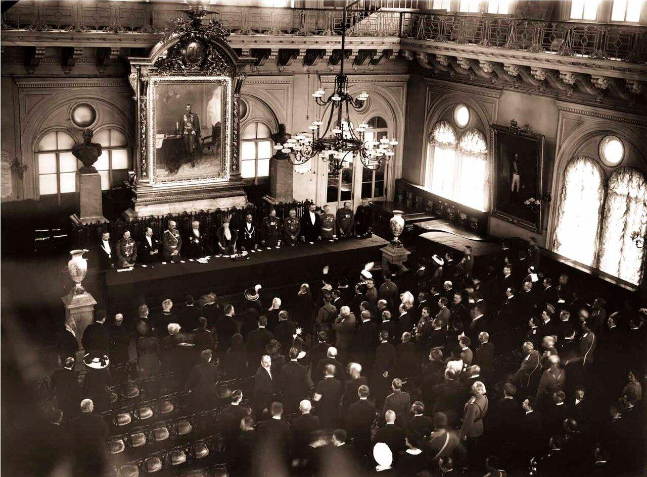 1915. Торжественный акт в зале Петроградской городской думы в день открытия сбора Пожарные - солдатам.