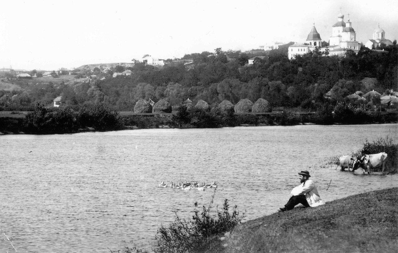Архимандритский пляж. Фотограф Яков Фесик (он на снимке) вид со стороны реки Сейм на Молчанский монастырь