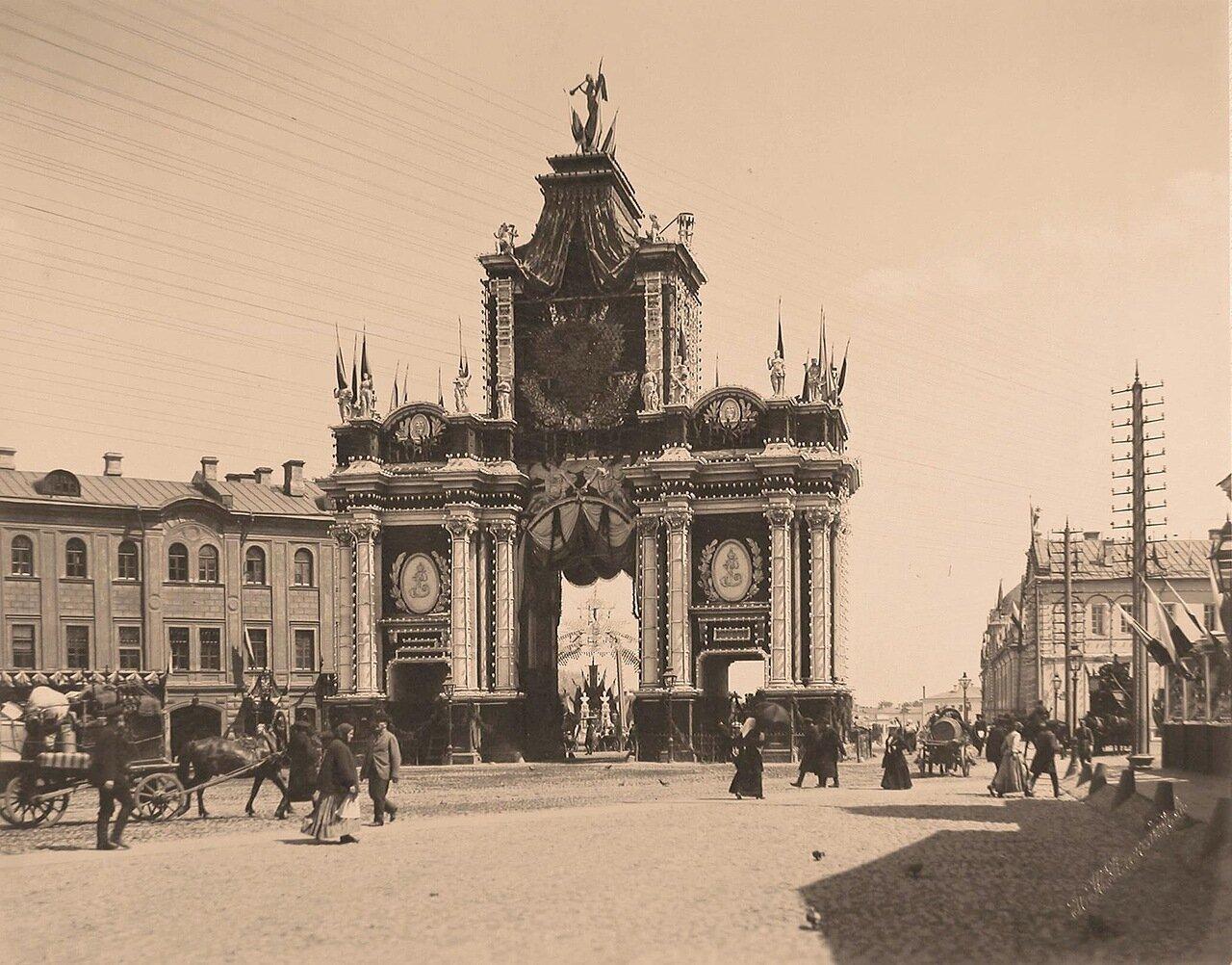 Вид празднично украшенных (под руководством  архитектора Б.В.Фрейденберга) к торжествам коронации Красных ворот (1753-1757 гг., архитектор Д.В.Ухтомский)