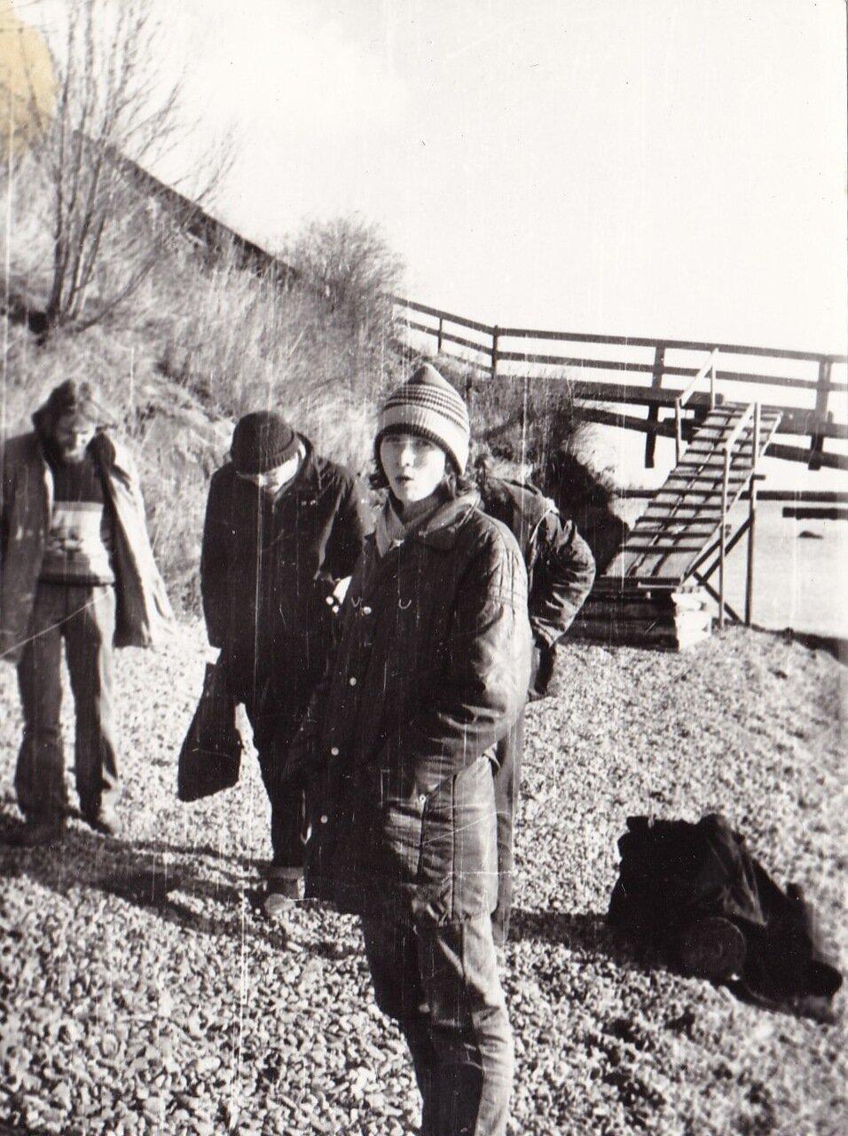 1989. март. На Байкале.  Местный поэт Андрей Семенов, неизвестный тусовщик, Елена Орининская