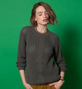 Косы на фоне игривой сетки - пуловер спицами