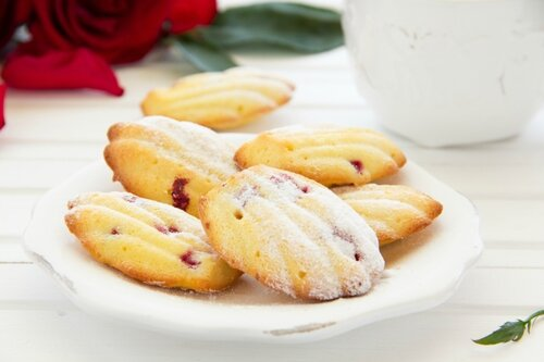 madeleine cake with red currant.