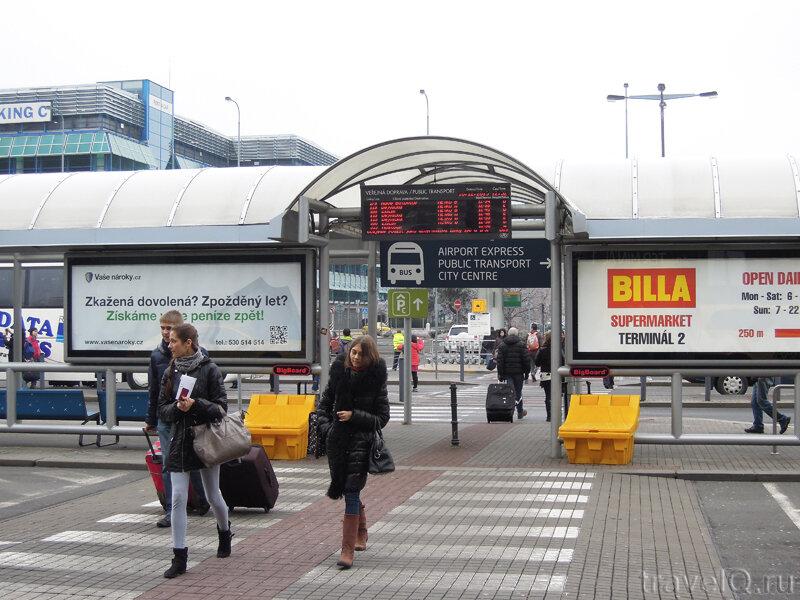 Остановка автобусов в аэропорту Праги