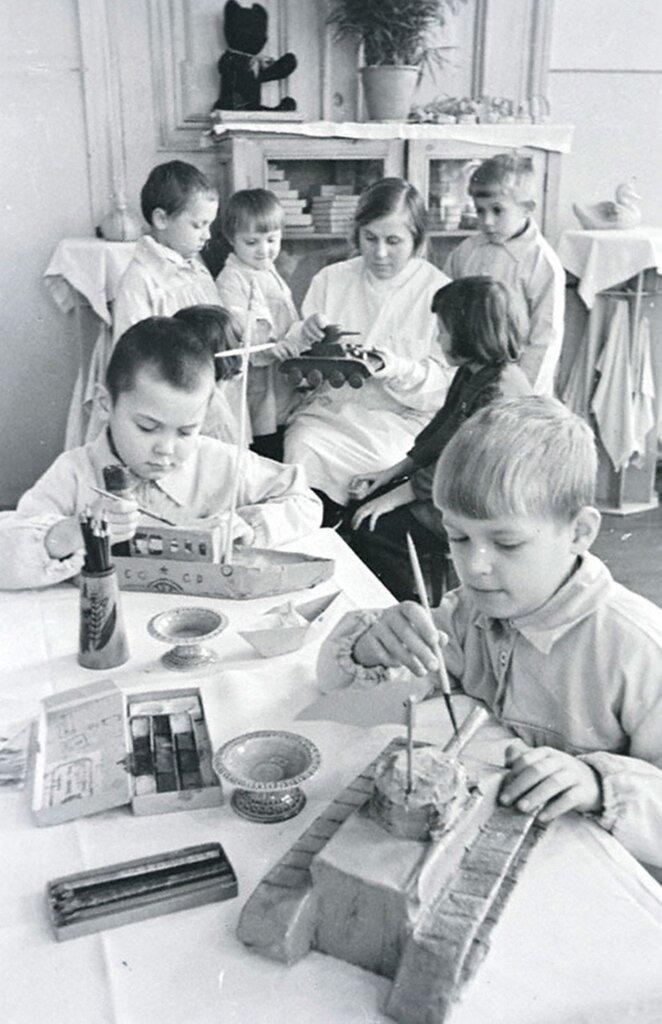 Дети командиров и бойцов Красной Армии готовят подарки для раненых бойцов госпиталя. 1942 г. Москва.
