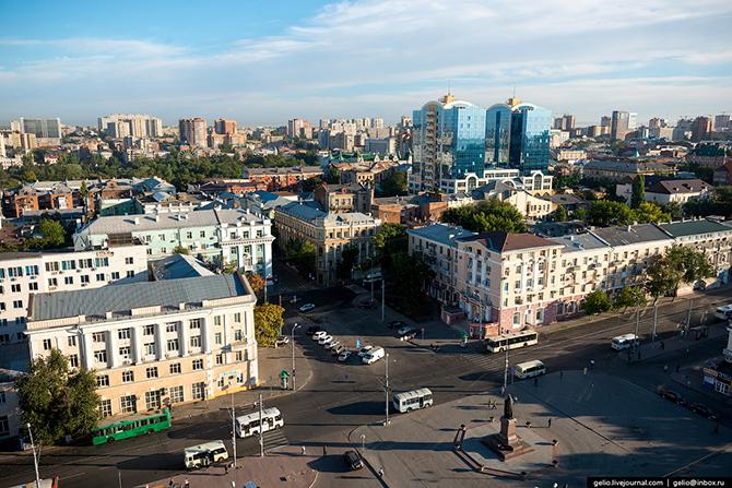 Перед кафедральным собором установлен монумент небесному покровителю Ростова-на-Дону святителю Димит