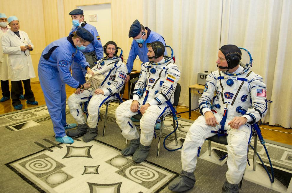 13. Англо-российско-американский экипаж. В космосе (пока) нет политики. (Фото NASA | Joel Kowsk