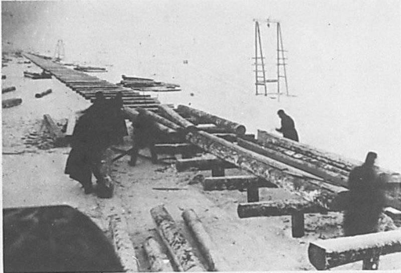 Шлиссельбургская трасса. Укладка прогонов на участке 40-го ж/д батальона. 1943 год.
