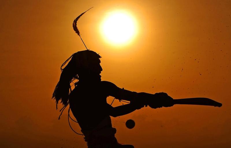 Воины племени масаи играют в крикет