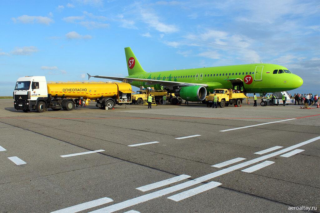 Самолет авиакомпании S7 в аэропорту Барнаула