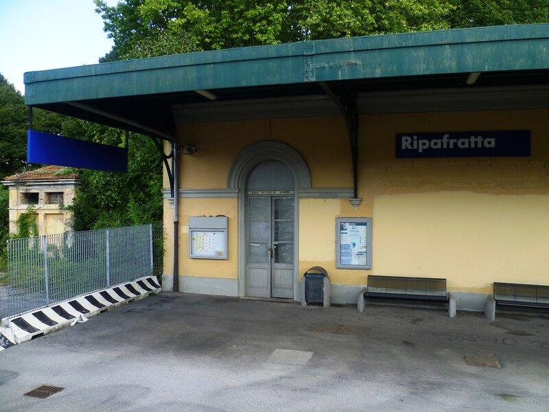 Италия. Маленькая железнодорожная станция. (Italy. A small railway station)