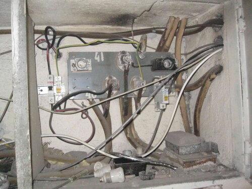 Фото 7. Этажный щит. Общий вид. В щите беспорядок - новые электроустановочные изделия смонтированы неаккуратно, старые не демонтированы.
