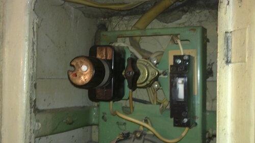 Фото 12. ПАР установлен на место, электроснабжение аварийной части квартиры восстановлено. Дефект изоляции одного из проводов квартирного щита (боковой продольный порез) восполнен с помощью кембрика.