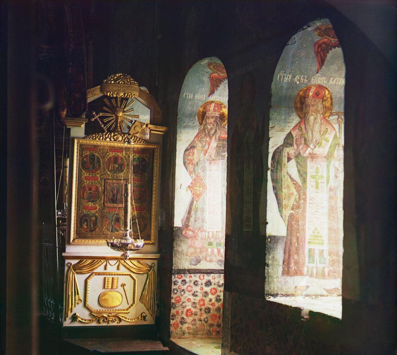 Фрески в оконных нишах и копия иконы св. Николая Чудотворца в храме. Не ранее 1912.