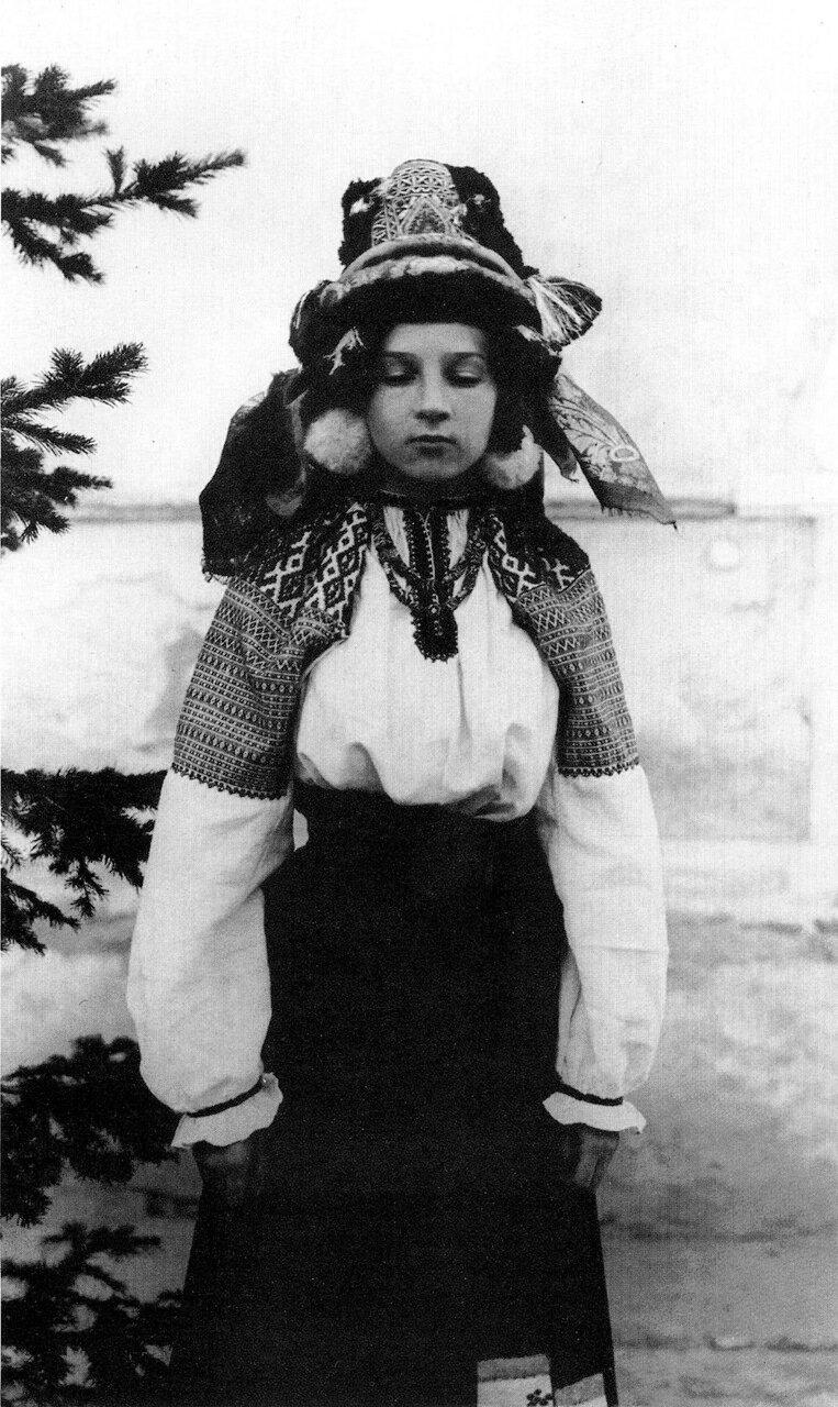 Молодая женщина в праздничном костюме. Калужская область. Начало XX века