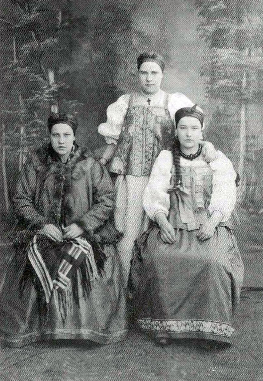 Мезенские девушки в праздничных костюмах.1886