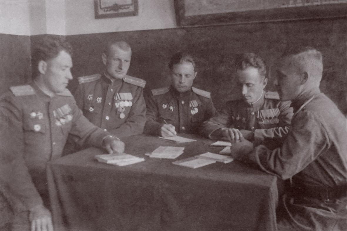 1948. Галенки. На партбюро 1АЭ. Боднар, Осадчий, Лунев,Новиков, Салтанов