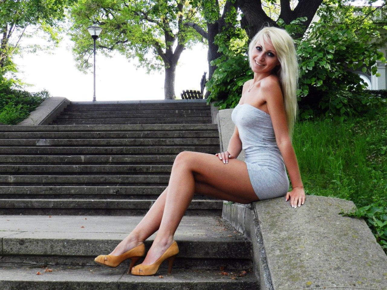 Красотка блондинка в бежевом мини-платье
