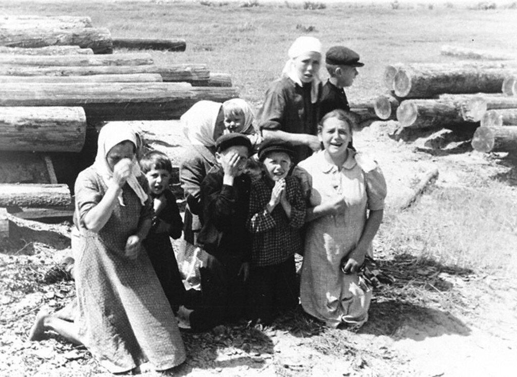 Группа женщин и детей одного из населенных пунктов, оккупированных немецкими войсками.