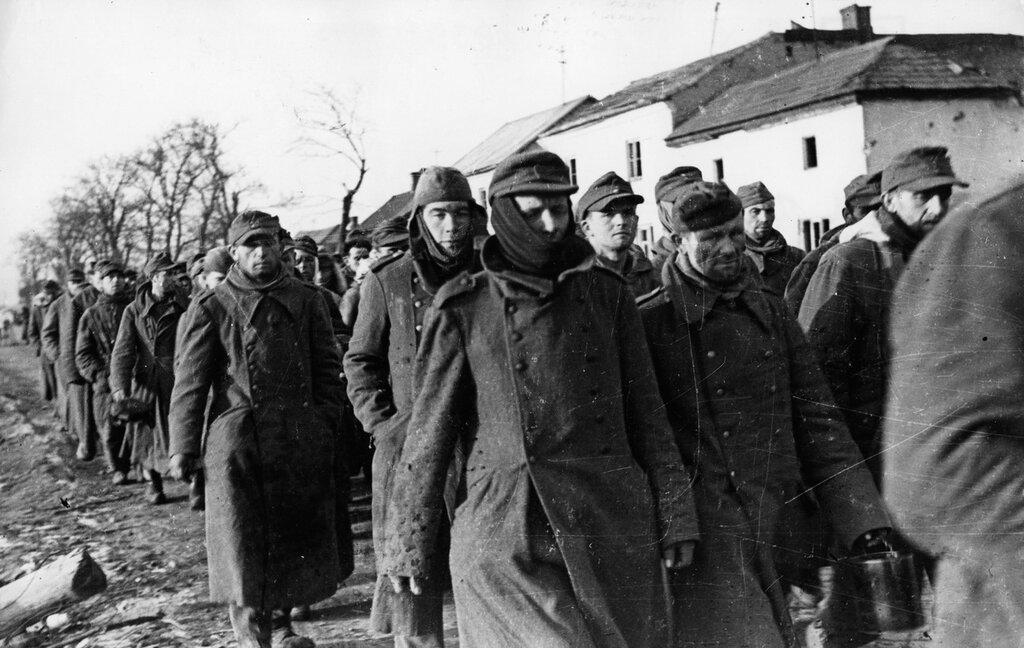 Колонна немецких военнопленных в Варшаве. Январь 1945