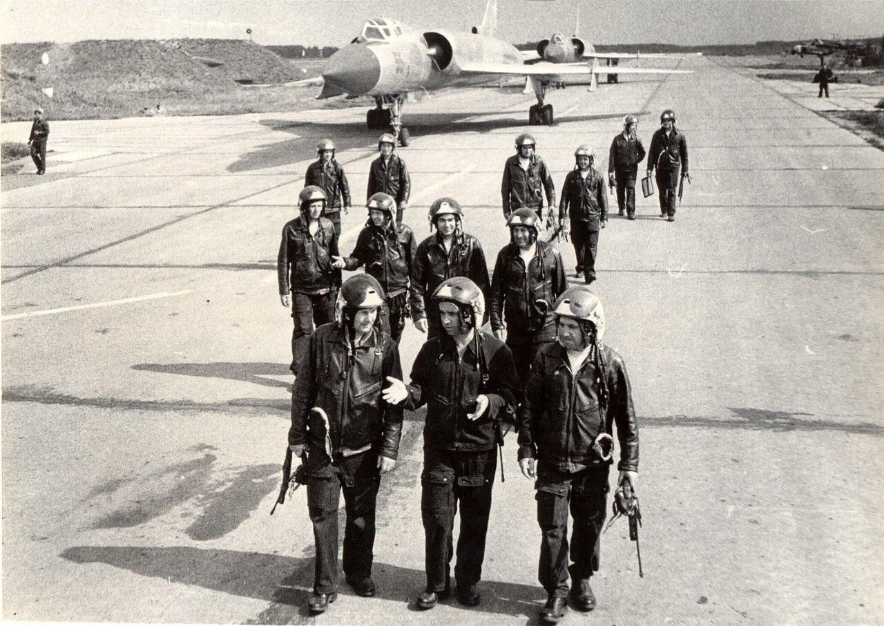 Мужики идут с работы, аэродром Омск–Северный, конец 70–х (?)