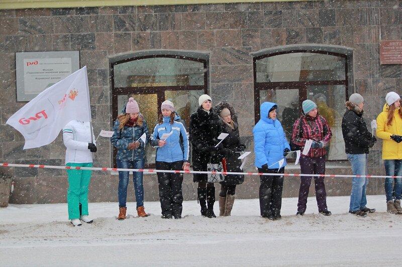 Эстафета олимпийского огня в Кирове: болельщики у здания РЖД