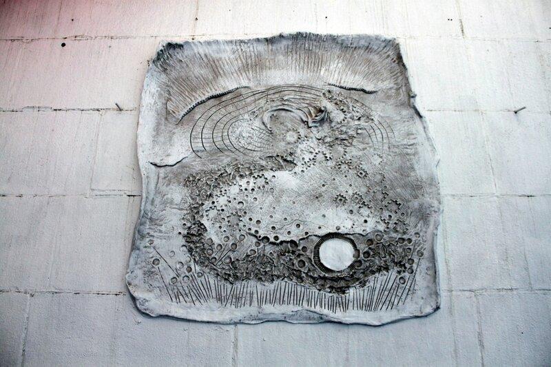 Барельеф на стене набережной