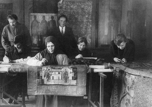 Реставраторы. В центре Павел Ианович Юкин (1885-1945).