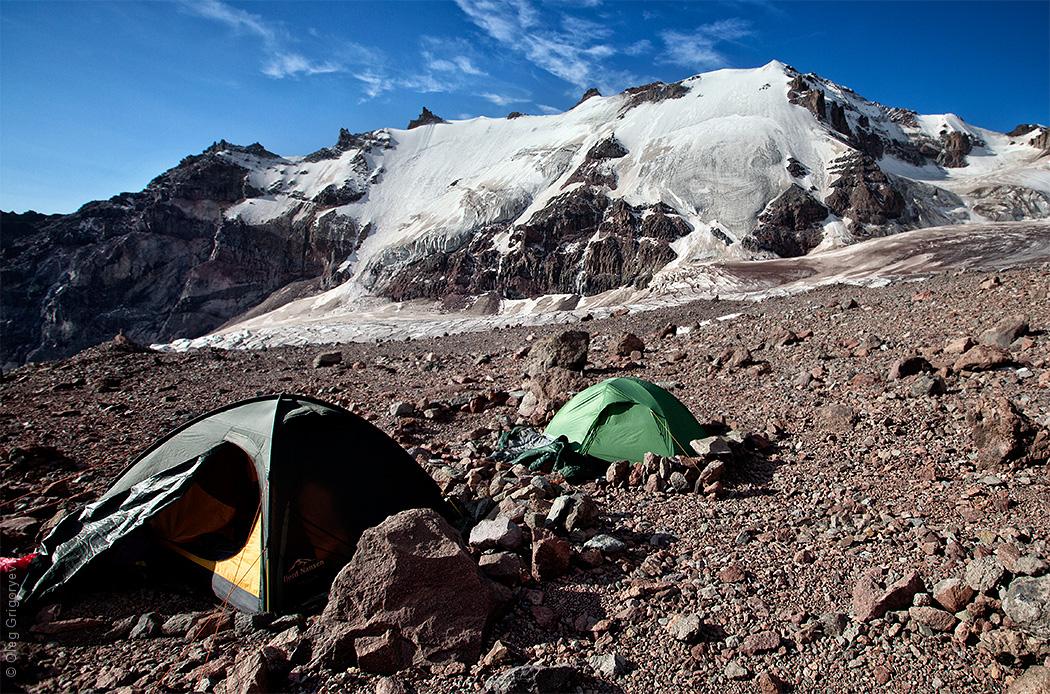 палатки у подножия горы