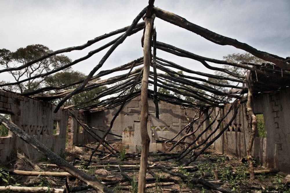 Обгорелые остатки христианской церкви протестантов-пятидесятников в городе Зере