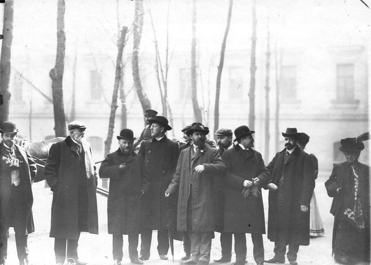 Группа членов Государственной думы 1-го созыва, осужденные на 3 месяца тюремного заключения за подписание Выборгского воззвания, во дворе тюрьмы