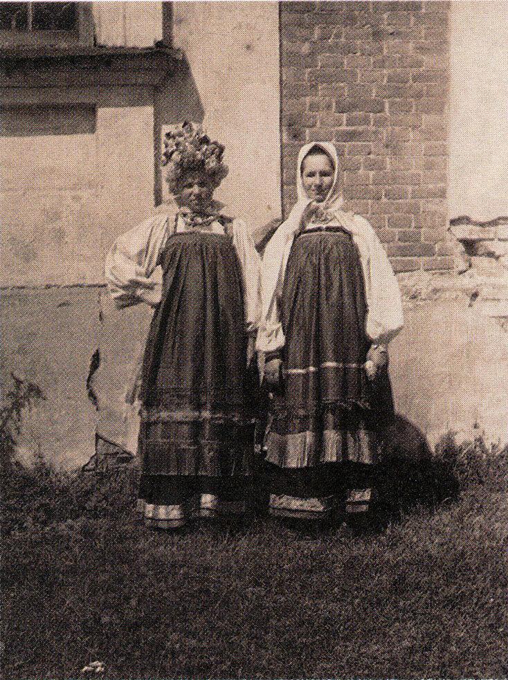 Девушки в праздничной одежде. Курская губ. Фото начала ХХ в.