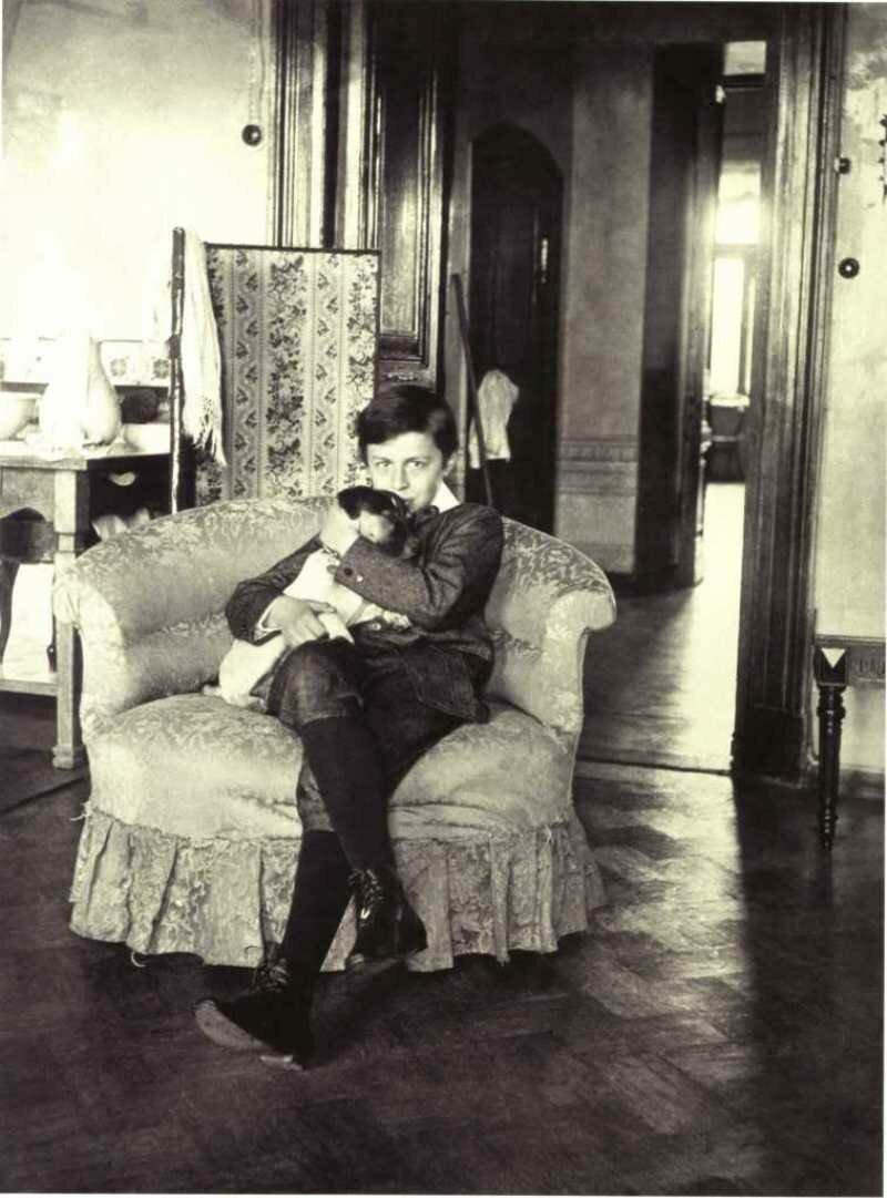 1904. Мика Морозов в кресле