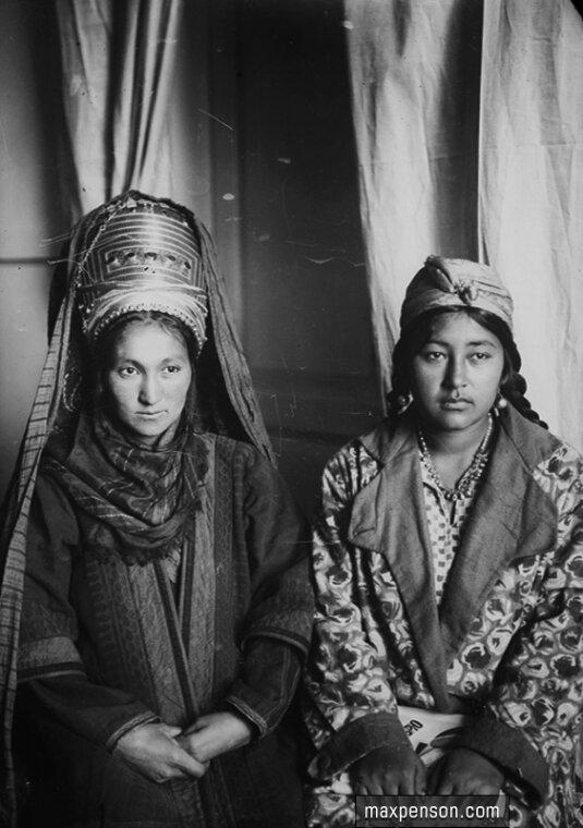 Две туркменки в национальных нарядах