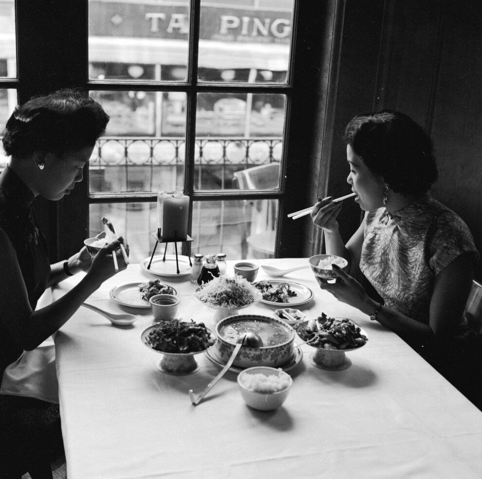 Две женщины в ресторане Джонни Кана