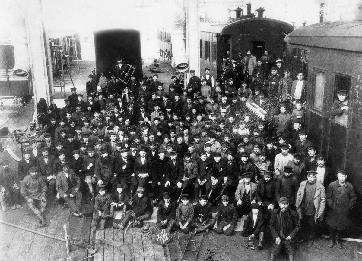 Рабочие главных железнодорожных мастерских, вагонный цех. 1906