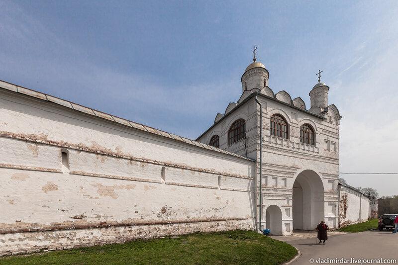 Надвратная Церковь Благовещения Покровского монастыря в Суздале