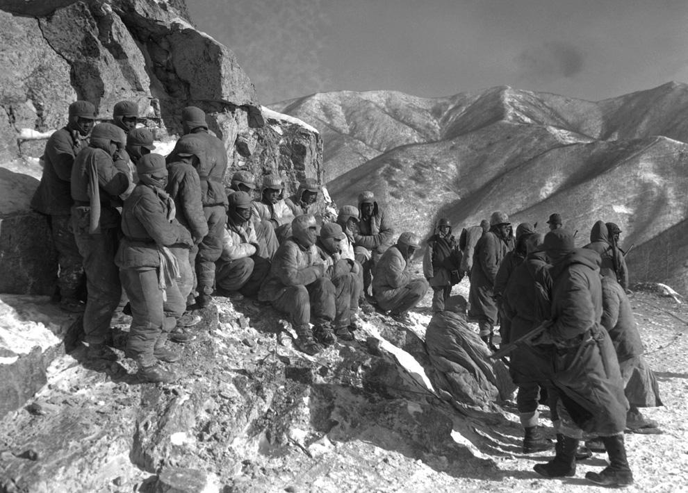 Китайский отряд сдается американским войскам, юг уезда Кото, 9 декабря 1950 года. (U.S. Department of DefenseSGT. F.C. Kerr).jpg