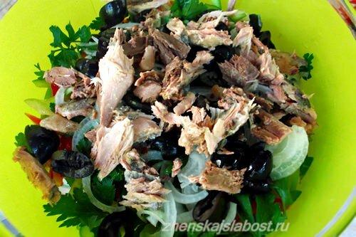 тунец и маслины в салат с сухариками