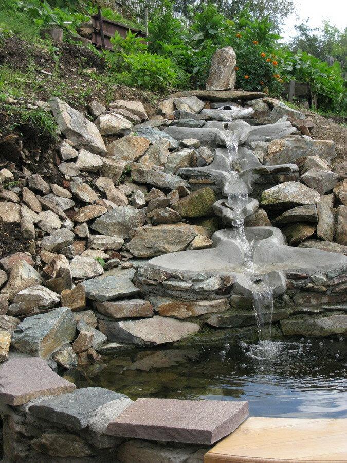 Декоративный фонтан-водопад.