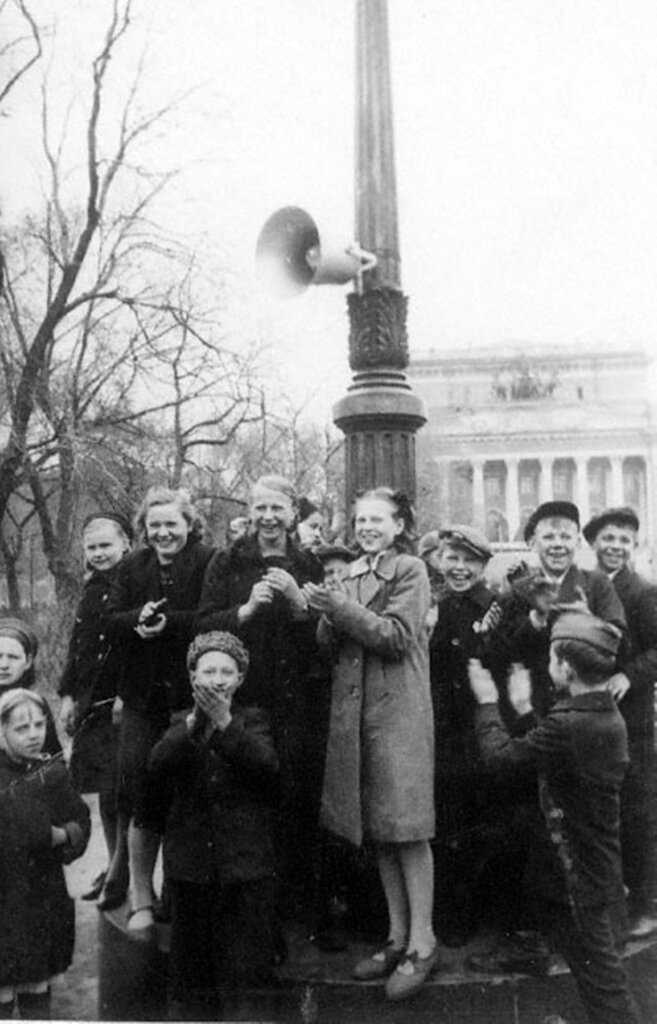 Группа детей у репродуктора, установленного в Екатерининском сквере, рады сообщению о капитуляции Германии. 09 мая 1945 г. Ленинград.