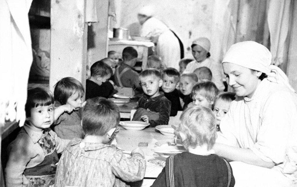 Воспитанники детских яслей за обедом в бомбоубежище. Сентябрь 1941 г. Ленинград.