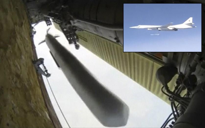 Российский стратегический бомбардировщик Ту-160 в небе над Сирией. Стоп-кадр из видеозаписи, предост