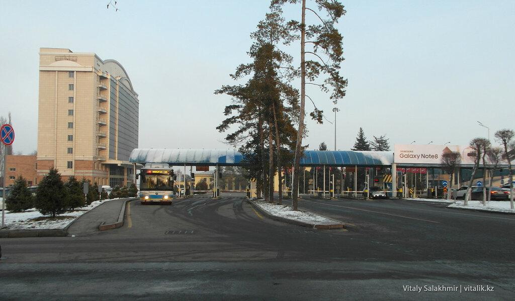 Выезд из аэропорта Алматы.