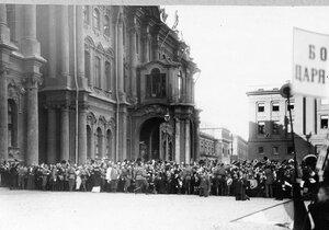 Толпы ликующих монархистов на Дворцовой площади у Зимнего дворца со стороны Миллионной улицы перед чтением царского манифеста.