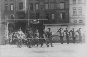Командующий Петроградским  военным округом генерал О.П.Васильковский с группой офицеров направляются к месту парада запасного батальона полка.